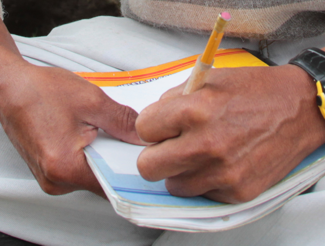 manos escribiendo